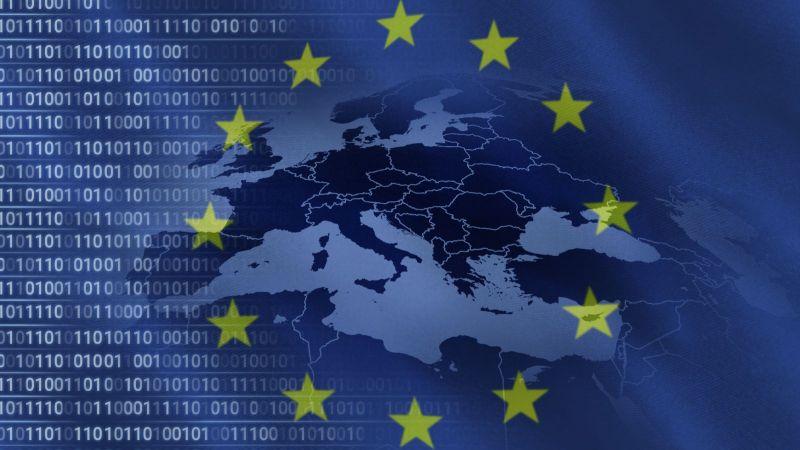Eine blaue Europaflagge mit den Ländern im Hintergrund. Links im Bild sind Zahlenreihen.
