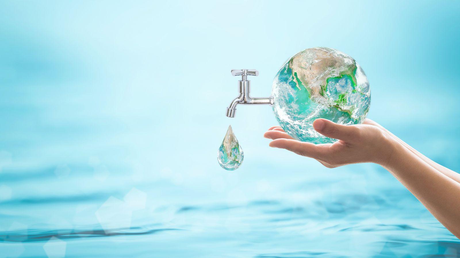 Eine Hand hält eine Erdkugel vor einem Hintergrund aus Wasser. Ein Wasserhahn kommt aus der Erdkugel und ein Tropfen fällt daraus, der einen Teil der Erdkugel enthält.