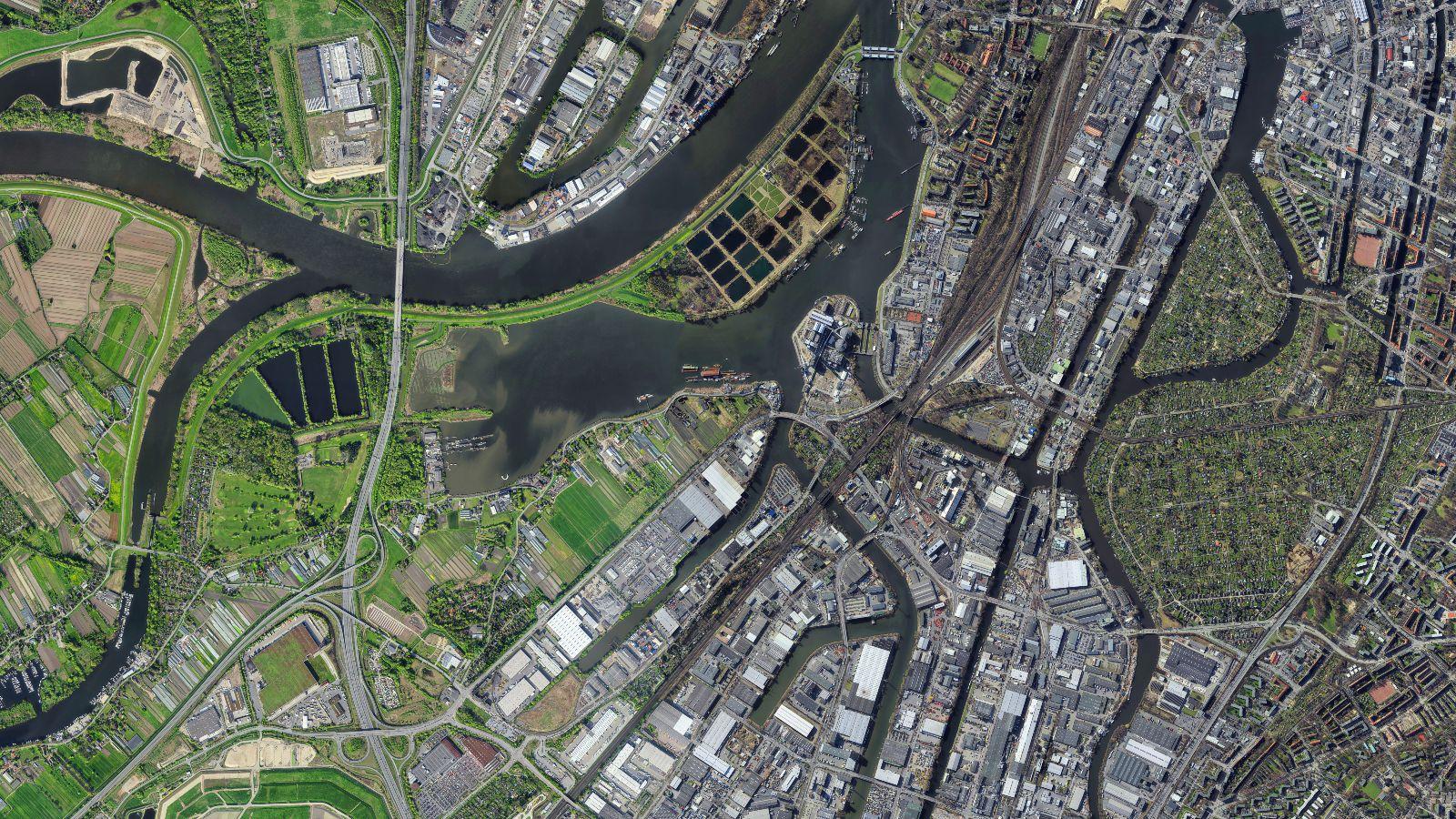 Ein Sattelitenbild zeigt den Übergang einer Stadt zu den umliegenden landwirtschaftlichen Flächen.