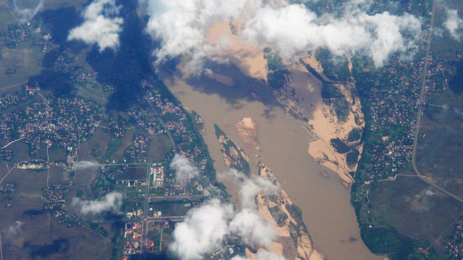 Ein Ausschnitt der Erde aus der Vogelperspektive. Wolken ziehen vorrüber.